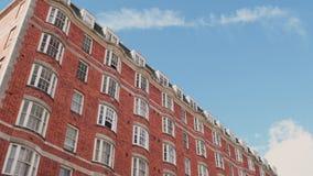 Moderne britische Wohngebäudeansicht von unterhalb stock video