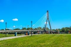 Moderne brug in Warshau Zonnige de zomerdag met een blauwe hemel en groene bomen Royalty-vrije Stock Foto