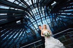 Moderne bruid en bruidegom Stock Foto's