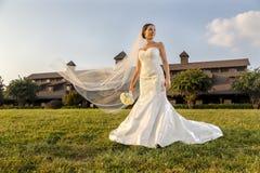 Moderne Bruid in openlucht Stock Afbeelding