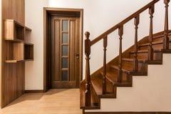 Moderne bruine eiken houten treden en deuren in nieuw vernieuwd huis Stock Foto's