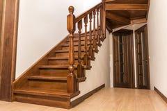 Moderne bruine eiken houten treden en deuren in nieuw vernieuwd huis Royalty-vrije Stock Afbeelding