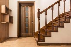 Moderne bruine eiken houten treden en deuren in nieuw vernieuwd huis Royalty-vrije Stock Foto