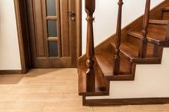Moderne bruine eiken houten treden en deuren in nieuw vernieuwd huis Stock Foto