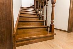 Moderne bruine eiken houten treden en deuren in nieuw vernieuwd huis Stock Afbeelding