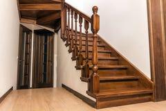 Moderne bruine eiken houten treden en deuren in nieuw vernieuwd huis Royalty-vrije Stock Foto's