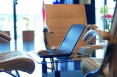 Moderne bureau en laptop Stock Afbeelding