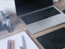 Moderne bureaudesktop met kantoorbenodigdheden, laptop computer, sma Stock Foto's