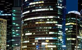 Moderne bureaugebouwen bij nacht Royalty-vrije Stock Fotografie