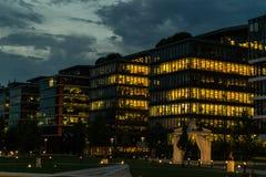 Moderne bureaugebouwen bij schemer Royalty-vrije Stock Afbeelding