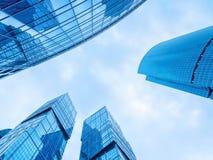 Moderne bureaugebouwen Lage die hoek van modern glas wordt geschoten skyscrap Royalty-vrije Stock Foto's