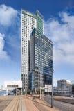 Moderne bureaugebouwen tegen een blauwe hemel met dramatische wolken, Kop van Zuid Rotterdam royalty-vrije stock afbeelding