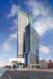 Moderne bureaugebouwen tegen een bluhemel met dramatische wolken, Kop van Zuid Rotterdam royalty-vrije stock foto