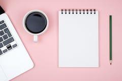 Moderne bureaulijst met laptop en lege notitieboekjepagina Stock Fotografie