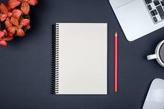 Moderne bureaulijst met laptop en lege notitieboekjepagina Stock Foto