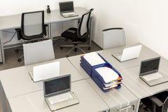 Moderne bureauruimte, met bureaus en laptops Royalty-vrije Stock Afbeeldingen