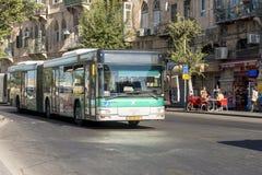 Moderne bus op de hoofdstraat van Ierusalim Stock Fotografie