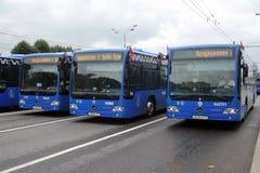 Moderne Busse an erster Moskau-Parade des Stadt-Transportes Stockfotos
