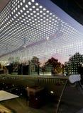Moderne Cafeteria-Stange im frühen des Morgens Lizenzfreie Stockfotografie
