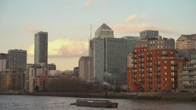 Moderne Canary Wharf-horizon van Rivier Theems Londen, Engeland stock footage