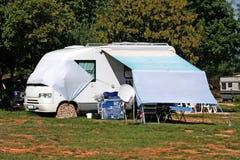 Moderne caravan op kamp in Kroatië Stock Fotografie