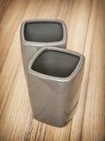 Moderne ceramische die flessen voor badkamersbehoeften worden geplaatst Stock Foto