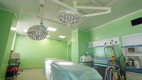 Moderne chirurgieruimte met werkende machines stock footage