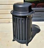 Moderne cilindrische zwarte afvalvergaarbak Royalty-vrije Stock Fotografie