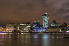 Moderne cityscape en rivier Theems van Londen Stock Afbeelding