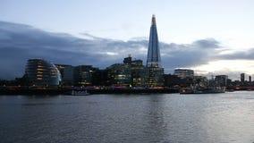 Moderne cityscape van Londen avond stock videobeelden