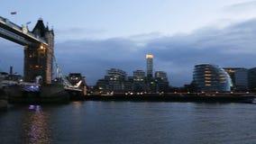 Moderne cityscape van Londen bij nacht stock footage