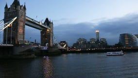 Moderne cityscape van Londen bij nacht stock videobeelden