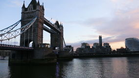 Moderne cityscape van Londen bij zonsondergang stock video