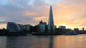 Moderne cityscape van Londen bij zonsondergang stock footage