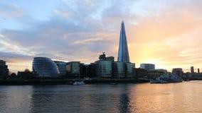 Moderne cityscape van Londen bij zonsondergang stock videobeelden