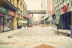 Moderne commerciële stadsstraat, stedelijke bedrijfs het winkelen straat, voetwandelgalerij royalty-vrije stock foto