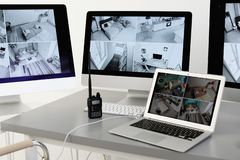 Moderne Computer mit Videosendung von den Überwachungskameras am Arbeitsplatz des Schutzes lizenzfreies stockbild