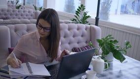 Moderne computertechnologie in afstandsonderwijs, gelukkig studentenmeisje die met laptop werken om van online lessen te leren stock footage