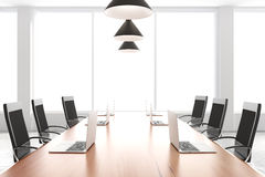 Moderne conferentieruimte met meubilair, laptops en grote vensters Royalty-vrije Stock Foto's