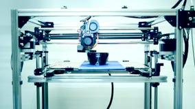 Moderne 3D printer die een voorwerp van hete gesmolten drukken stock footage