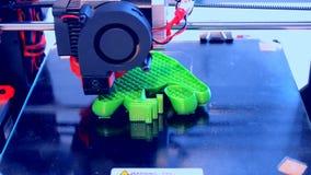 Moderne 3D printer die een voorwerp van hete gesmolten drukken stock video