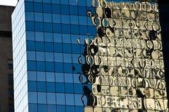 Moderne de bouw van het glasbureau bezinning Stock Fotografie