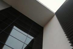 Moderne de bouwarchitectuur met geometrische vormen Royalty-vrije Stock Foto's