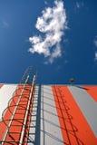 Moderne de bouwmuur met metaalladder en hemel stock afbeeldingen