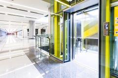 Moderne de deurencabines van de staallift in een bedrijfshal of een Hotel, stock afbeelding