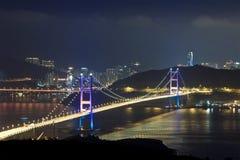 Moderne de luchtparadebruggen van Hongkong bij nacht stock foto's