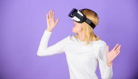 Moderne de technologie vr hoofdtelefoon van het meisjesgebruik Onderzoek virtuele werkelijkheid Digitaal apparaat en moderne kans stock afbeeldingen