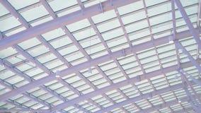 Moderne Decke mit regelmäßigen Strahlen stockfoto