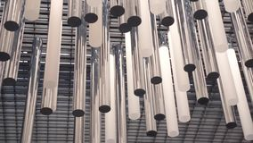 Moderne Deckenleuchten oder Leuchter in einer Lobby gemacht vom Stahl und vom Glas, Zeitlupe mit Kameraschwenk stock video footage
