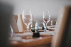 Moderne Dekoration des Restaurants und Innenarchitektur lizenzfreie stockbilder